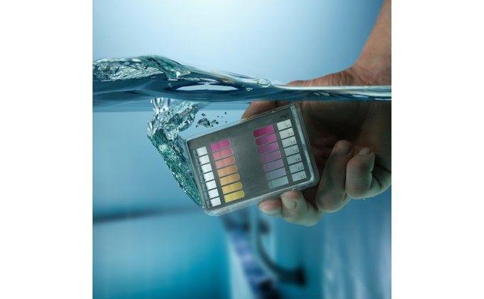 Pool tester ph e rame per l'analisi dell'acqua di piscina.